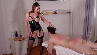Irresistible dominatrix in stockings gets her feet pleasured